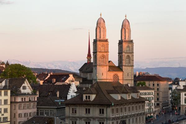 Photographer Rajan Parrikar ignores the rule of thirds and relies on on the lighting and relative prominence of the Grossmünster for this pleasing composition.