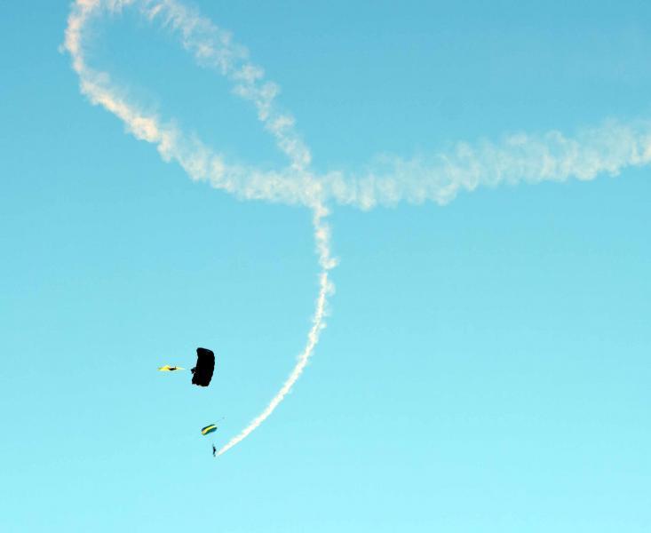 Name:  Skydivers20100529_0079.jpg Views: 3042 Size:  17.1 KB